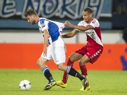 Ramon Leeuwin (r.) trekt opzichtig aan het shirtje van Joey van den Berg (l.). (30-08-2014)