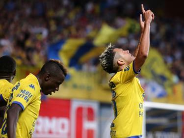 Edmilson (r.) viert zijn goal, waarmee hij de score opent in de thuiswedstrijd van Sint-Truidense VV tegen KV Oostende. (08-08-2015)