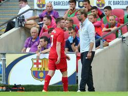 James Milner (l.) en Liverpool-trainer Jürgen Klopp tijdens een oefenwedstrijd in de voorbereiding op het seizoen. (06-08-2016)