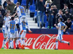 Todos los compañeros van a felicitar a Bustinza por su gol. (Foto: Imago)