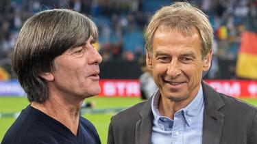 Jürgen Klinsmann (r.) lobt Bundestrainer Joachim Löw