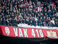 Het is spannend in de ArenA tijdens het duel Ajax en Feyenoord. Vak410 kijkt gespannen toe. (07-02-2016)