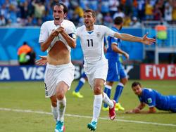 Godin festeggia il suo gol che vale la qualificazione agli ottavi