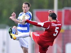 De Graafschap-speler Tim Janssen in duel met Almere-speler Paul Quasten