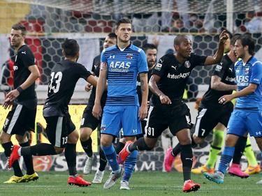 Jeffrey Gouweleeuw (v.) van AZ baalt nadat Astra Giurgiu in de play-offs van de Europa League op gelijke hoogte is gekomen. (20-08-2015)