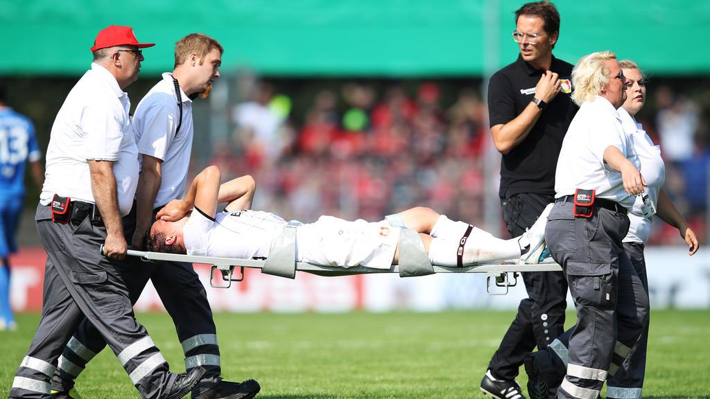 Julian Baumgartlinger von Bayer Leverkusen hat sich am Knie verletzt