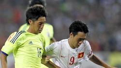 Der Japaner Okugawa Masaya (l.) in Aktion bei einem Kampf um den Ball