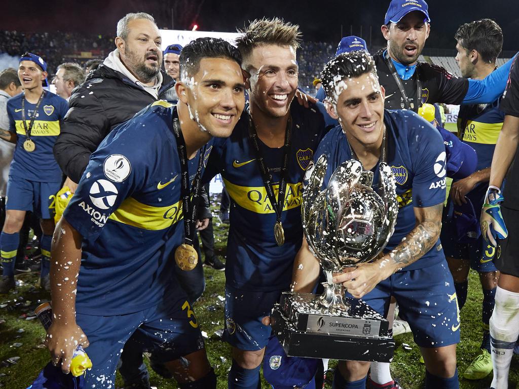 Los jugadores de Boca con el trofeo de la Supercopa. (Foto: Getty)