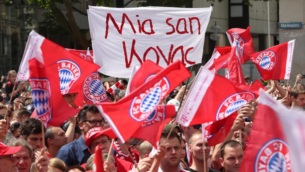 Die Bayern-Fans feiern Trainer Niko Kovac