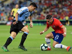 Luis Suárez (l.) sorgte gegen Chile weltweit für Lacher