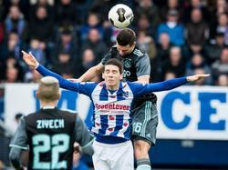 Sc Heerenveen-middenvelder Pelle van Amersfoort verliest een kopduel van Ajax-verdediger Nick Viergever. Hakim Ziyech kijkt op de voorgrond toe. (27-11-2016)