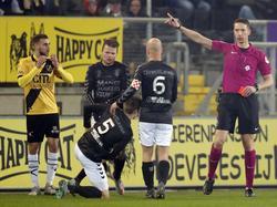 Danny Verbeek (l.) kan het niet geloven, maar hij moet na amper drie minuten spelen het veld al verlaten na een rode kaart. (10-02-2017)