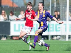 Tim de Rijk (r.) komt te laat in een fysiek duel met AZ-talent Jeremy Helmer (l.). De middenvelder speelt de bal op tijd weg. (02-04-2017)