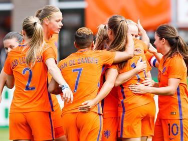 De OranjeLeeuwinnen vieren een doelpunt in de uitzwaaiwedstrijd tegen Wales. (08-07-2017)