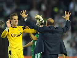 Betis-Coach Pepe Mel (r.) bedankt sich beim Matchwinner