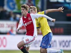Vytautas Andriuškevičius (r.) zit Lucas Andersen op de hielen tijdens SC Cambuur - Ajax. (09-11-2014)