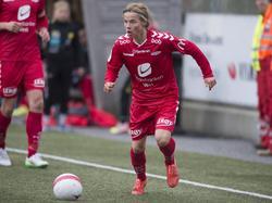 Emil Hansson aan de bal tijdens een oefenduel van SK Brann. (22-04-2015)