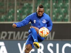 Christian Atsu in actie tijdens een training van Everton voorafgaand aan het Europa League-duel met VfL Wolfsburg. (26-11-2014)