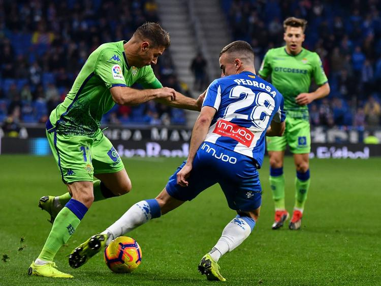 Joaquín hace un regate a Pedrosa del Espanyol. (Foto: Imago)