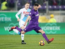 Milan Badelj waagt namens Fiorentina een schot op doel tegen Napoli. (22-12-2016)