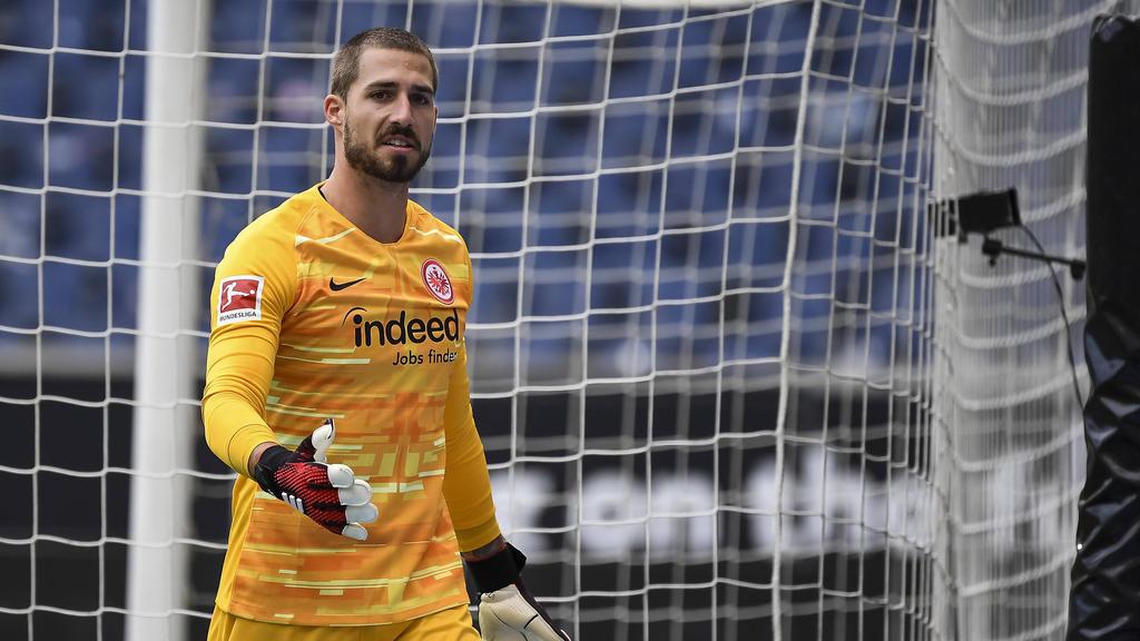 Eintracht Frankfurts Torwart Kevin Trapp verteidigt seinen Trainer