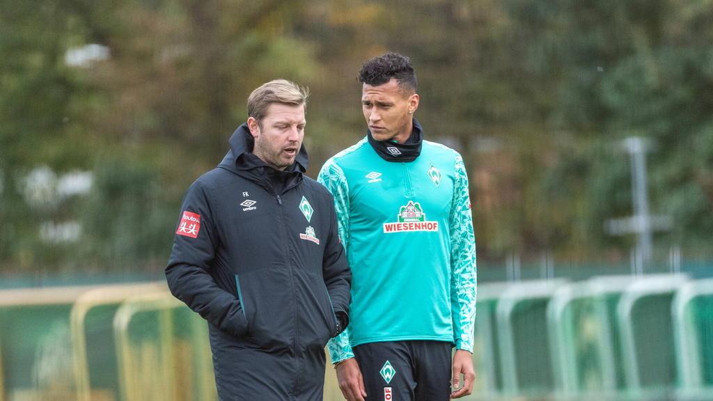 Florian Kohfeldt im Gespräch mit Werder-Stürmer Davie Selke