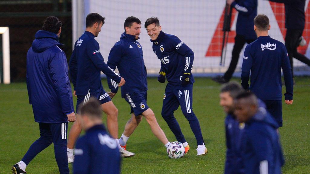 Mesut Özil (r.) am Sonntag bei seiner ersten Einheit in Istanbul