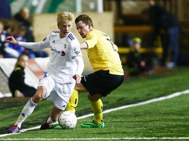 In de uitwedstrijd van de tweede ronde van de Noorse beker is Morten Thorsby van Stabaek IF Lönstad Onsrud van Raufoss te snel af. Stabaek wint de wedstrijd met 1-2. (08-05-2014)