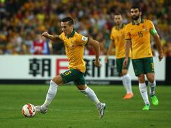 Jason Davidson namens Australië aan de bal tijdens het duel met Zuid-Korea in de finale van de Azië Cup. (31-01-2015).