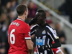 Papiss Demba Cissé (r.) wordt woedend tijdens Newcastle United - Manchester United. De spits wordt bespuugd door Jonny Evans en komt verhaal halen. (04-03-2015)