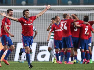 Roman Eremenko (2.v.l.) bejubelt einen Treffer für CSKA Moskva, seine Teamkollegen feiern im Hintergrund