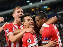 El PSV celebra al goleador Hirving Lozano. (Foto: Getty)