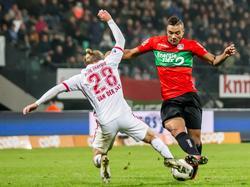 Jeroen van der Lely (l.) zet met een tackle tegenstander Jay-Roy Grot van de bal. (26-11-2016)
