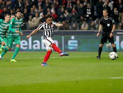 El azteca Marco Fabián anotó esta vez el penalti para dar el empate a su equipo. (Foto: Getty)