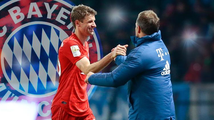 Thomas Müller (li.) und Hansi Flick bleiben langfristig beim FC Bayern