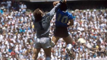 Diego Maradona (r.) erzielte ein Tor per Hand gegen den englischen Tormann Peter Shilton