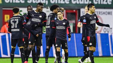 Die Spieler der PSV Eindhoven haben den FC Emmen bezwungen