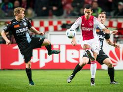 Andrew Driver (l.) probeert Anwar El Ghazi (m.) van de bal te zetten tijdens het competitieduel Ajax - De Graafschap. (20-12-2015)
