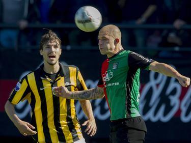 Pavel Čmovš (r.) in duel met Mike Havenaar (l.) tijdens NEC - Vitesse.  (29-9-2013)