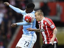 Jordy Clasie (r.) vecht een kopduel uit met Kelechi Iheanacho van Manchester City. (01-05-2016)