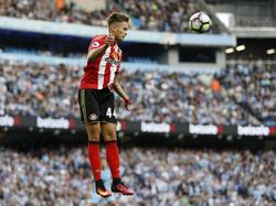 Adnan Januzaj springt hoog om de bal te koppen tijdens de wedstrijd van Sunderland op bezoek bij Manchester City. (13-08-2016)
