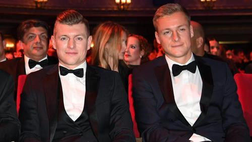 Werden in Corona-Zeiten von ihren Frauen frisiert:Toni Kroos (l.) und Bruder Felix