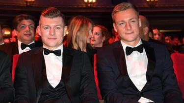 Werden in Corona-Zeiten von ihren Frauen frisiert:Toni Kroos (l) und Bruder Felix