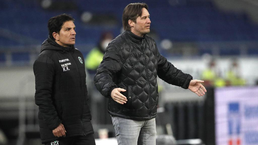 Bleibt trotz anhaltender Krise Trainer bei Hannover 96: Kenan Kocak (l.)