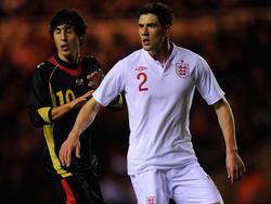 Im Februar 2012 trafen die U21-Teams Englands (mit Martin Kelly, r.) und Belgiens (mit Gianni Bruno) im Rahmen der EM-Qualifikation aufeinander. Es wurde eine einseitige Angelegenheit, England siegte 4:0.