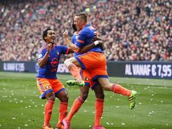 Jens Toornstra viert met onder meer Renato Tapia (l.) zijn doelpunt voor Feyenoord tegen Ajax in de Eredivisie. (07-02-2016)