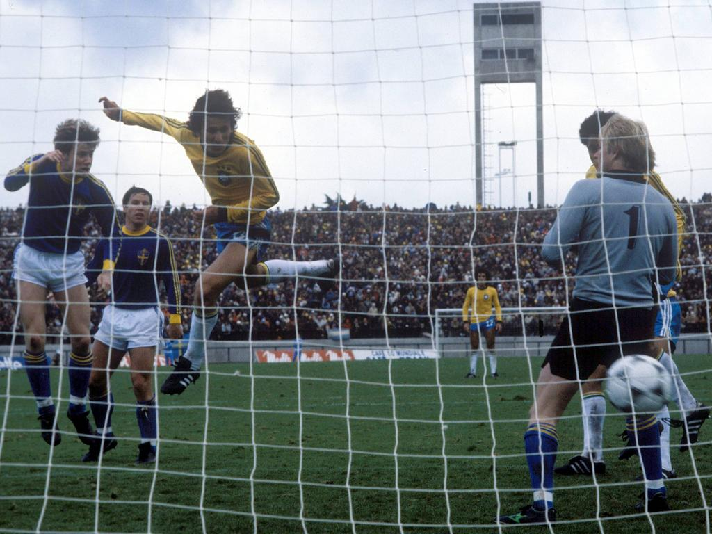 Die entscheidende Szene: Zico nickt gegen Schweden in der 90. Minute zum vermeintlichen 2:1 ein