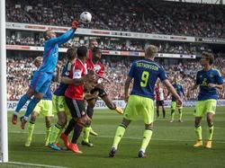 Jasper Cillessen (keeper) bokst de bal weg tijdens Feyenoord - Ajax en voorkomt dat drie Feyenoorders gevaarlijk worden. (21-09-2014)
