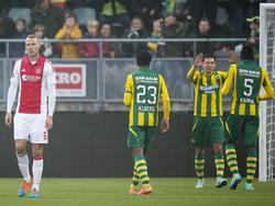 Mike van der Hoorn (l.) loopt sip weg als Ajax op het laatste moment punten heeft verspeeld tegen ADO Den Haag. Aan de rechterkant vieren Roland Alberg, Xander Houtkoop en Wilfried Kanon het punt. (30-11-2014)