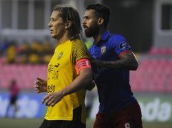 Salgado (izq.) durante el encuentro con el Club Atlético Independiente. (Foto: Imago)